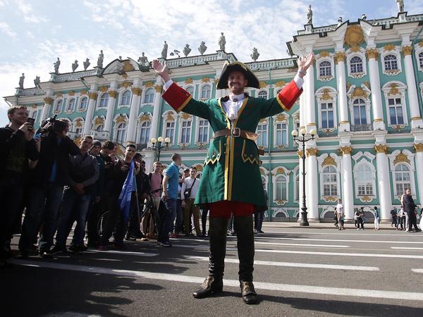 Защитник «Зенита» Ломбертс попрощался с петербуржцами в образе Петра Первого