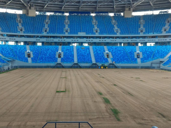 Газон настадионе «Санкт-Петербург» на100% сняли