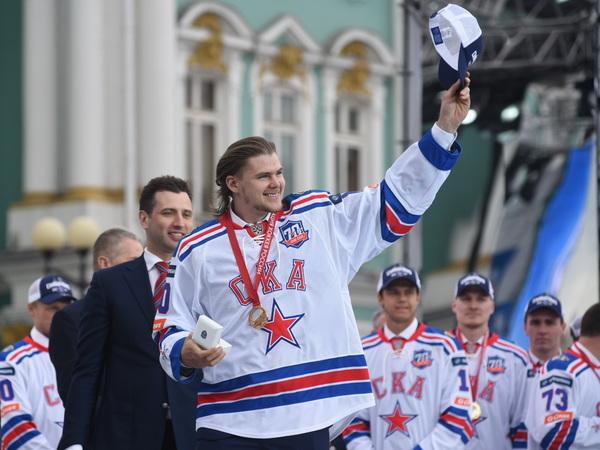 ВПетербурге прошел парад вчесть чемпионства хоккейного клуба СКА