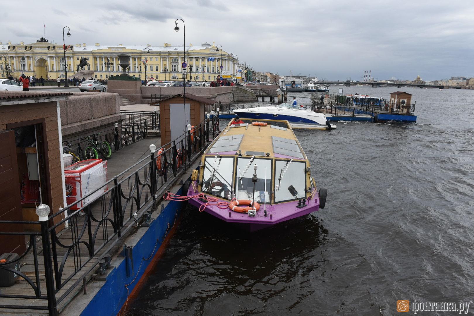 у причала находятся 6 лодок