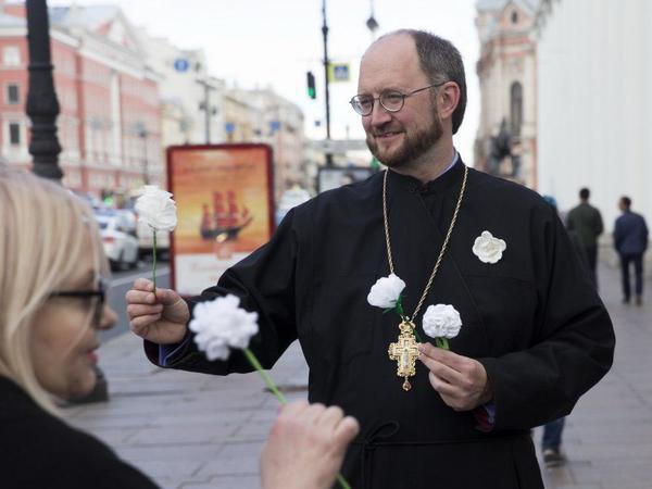Делать добро – легко: В Петербурге проходит благотворительная акция «Белый цветок»