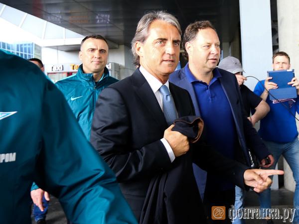 Манчини прилетел вПетербург ивстретился сболельщиками