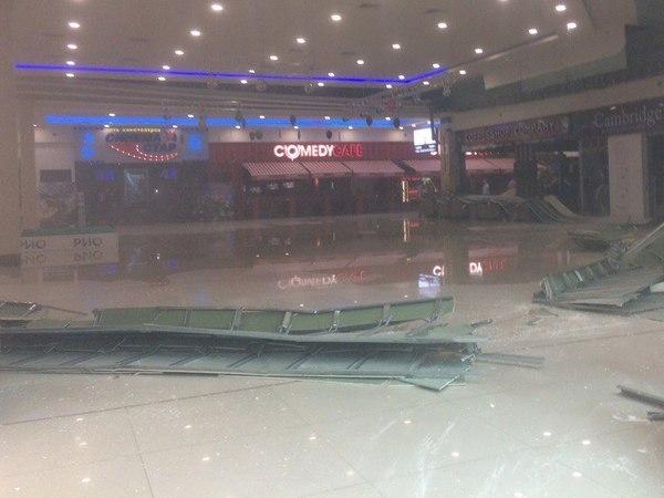 В коммерческом центре вПетербурге из-за дождя рухнул потолок
