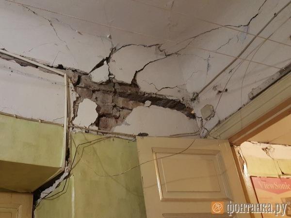 Потолок частично обрушился вквартире жилого дома вПетербурге