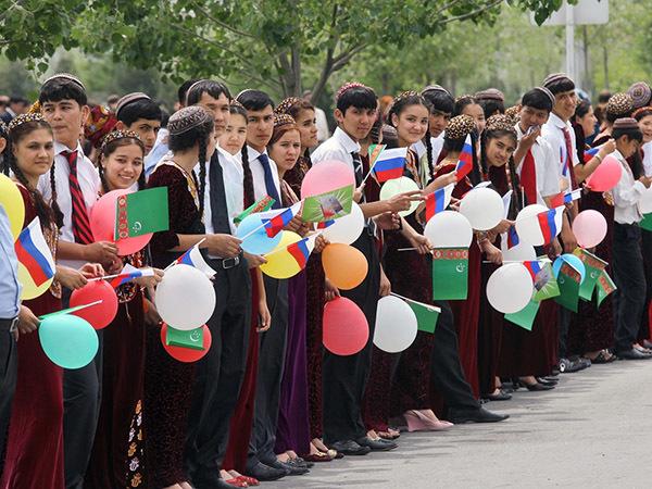 Российская молодежь: равнение на Туркмению