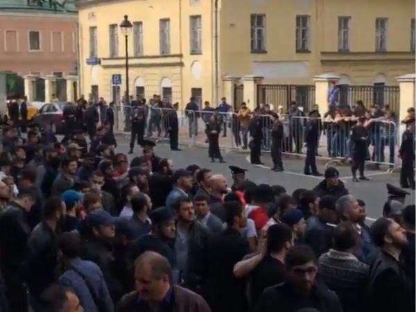 В Москве у посольства Мьянмы собрался стихийный митинг мусульман