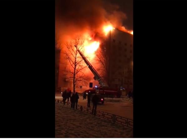 В Тюмени пытаются потушить горящую девятиэтажку