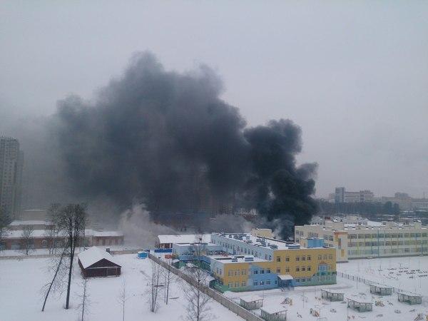 Пожар на Кушелевской дороге: черный дым и пламя на 200 кв. м