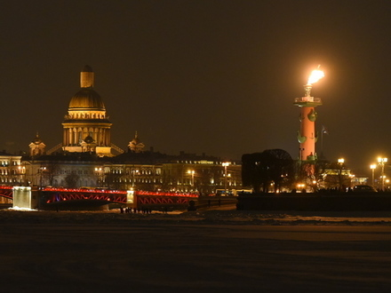 Ростральные колонны зажгли, а китайцы уехали