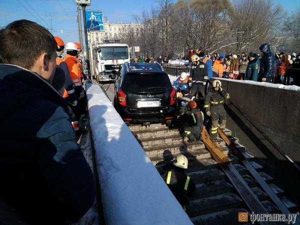 Заехавший в подземный переход на «Московской» кроссовер вытащили наверх
