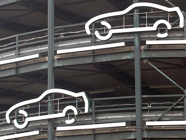 Паркингов много, а паркуются - где хотят