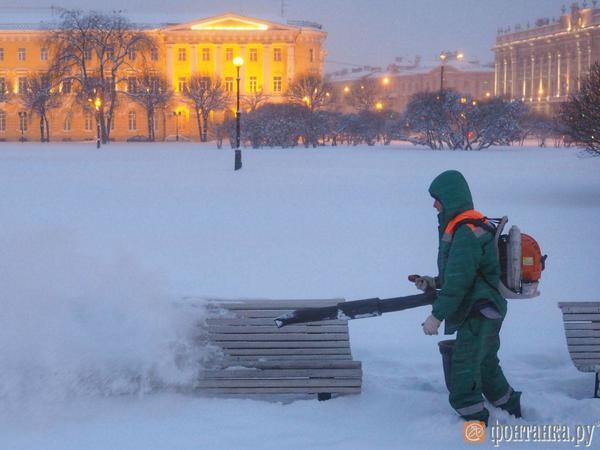 """Снег в Петербурге расчищают """"пылесосами"""""""