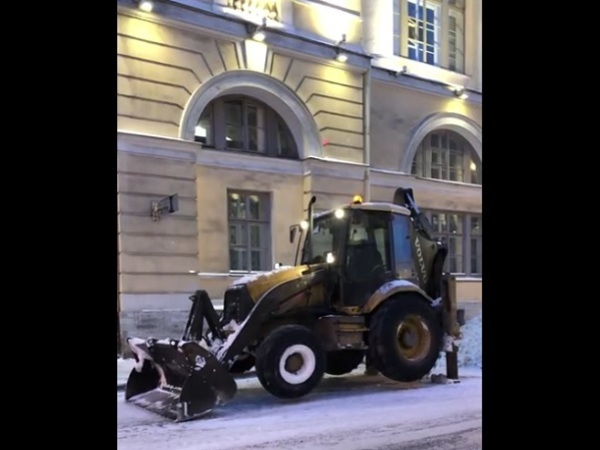 «Танцующий трактор» припарковался в центре Петербурга