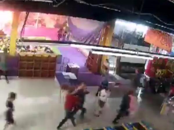 Люди бежали вужасе: появилось видео первых секунд пожара вТЦ