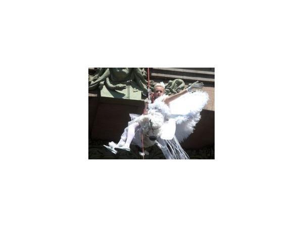 Сказочная фея  парит над магазином Елисеева