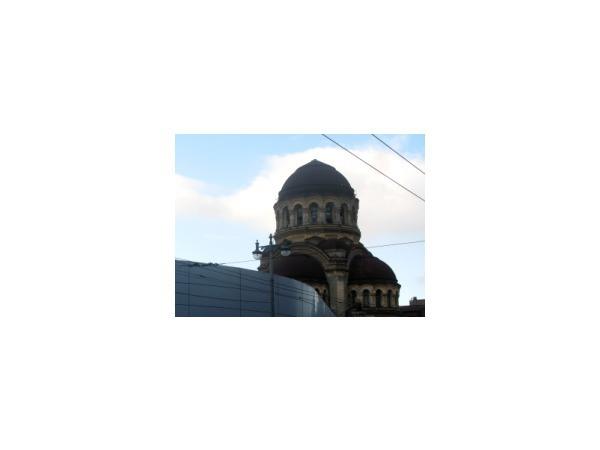 Автосалон потеснил церковь