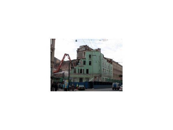 """Здание, на месте которого будет """"Адмиралтейская"""", уничтожают тяжелой техникой"""