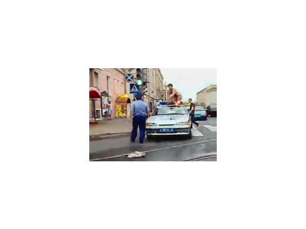 В центре Петербурга голый мужчина залез на машину ДПС