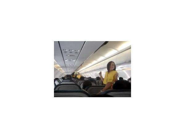 Филиппинские стюардессы устроили танцы на борту летящего самолета