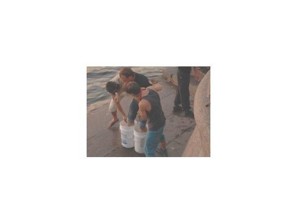 На набережной Макарова парня замуровали в цемент и хотели утопить