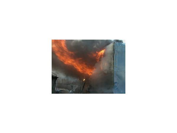 На Кржижановского сгорели бытовки и  машины