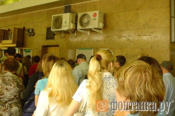 Вместо того, чтобы охлаждать, кондиционеры нагревают воздух в вестибюле