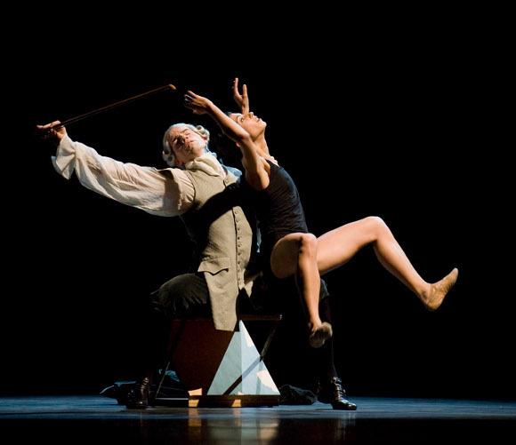 """Cцена из спектакля Начо Дуато """"Многогранность. Формы Тишины и Пустоты"""", Национальный театр танца (Мадрид, Испания)"""