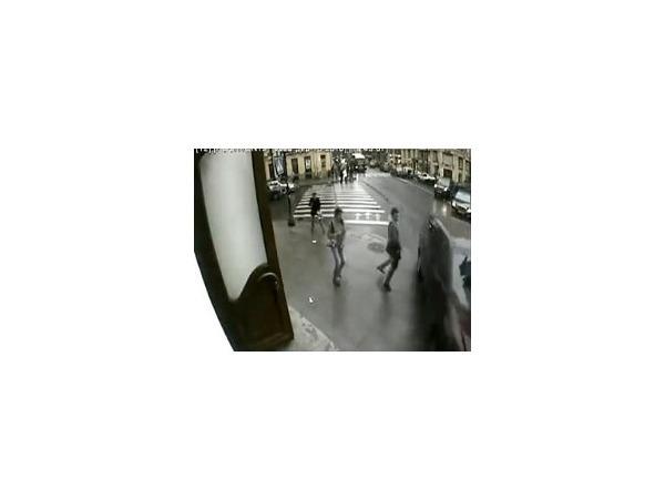 Видео аварии на Невском, где пешеход чудом спас себе жизнь, попало на  YouTube