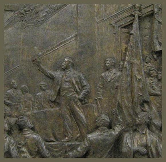На всех станциях первой линии, которые строились при Сталине (от «Автово» до «Площади Восстания»), планировалось изобразить вождя или хотя бы упомянуть его имя citywalls.ru