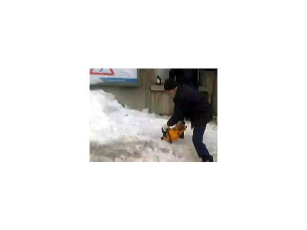 На Петроградской стороне убирают снег с помощью бензопил