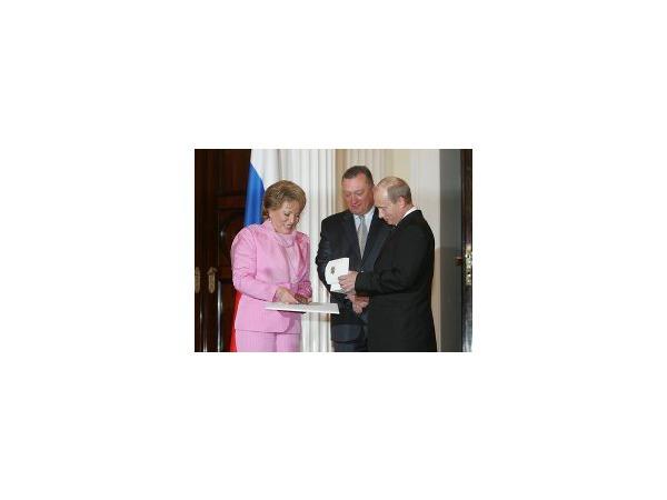 Путинскую премию потратят на благотворительность