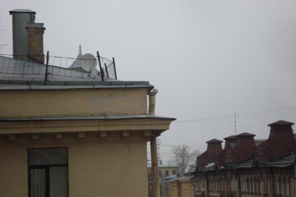 Карниз, с которого сорвалась льдина. Фото пресс-службы администрации Центрального района.