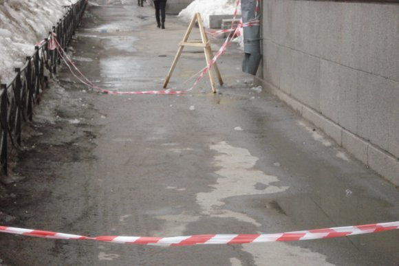 Ограждения, которые обрывают прохожие. Фото пресс-службы администрации Центрального района.