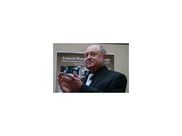 На юбилей Алексею Мишину подарили валенки и «Ягуар»