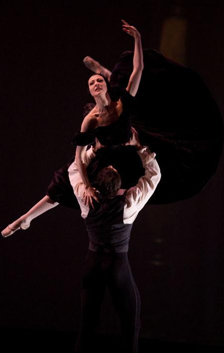 """Изабель Сьяравола и Марсело Гомес в сцене из балета """"Дама с камелиями"""", хореография Джона Ноймайера"""