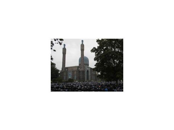 20 тысяч мусульман собрались у мечети, чтобы отпраздновать Ураза-Байрам