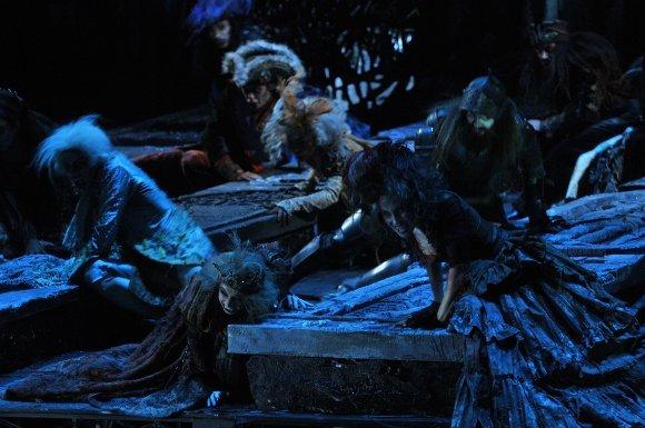 Сцена, где мертвецы выползают из гробов и танцуют - одна из самых эффектных в петербургском шоу