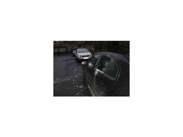 На Лесном проспекте кусок лепнины обрушился на автомобиль