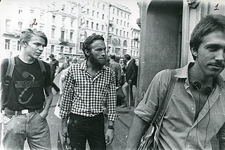 Фото: Рядом с входом в Ольстер на улице Марата: Бугаев, Хренов, Курехин. Фото наружного наблюдения КГБ