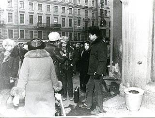 Фото: Вход в Сайгон, с бородой Виктор Кривулин, в дурацкой белой шапке Лев Лурье, 70-е годы