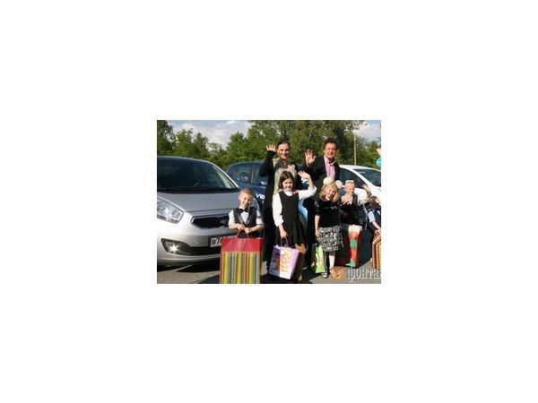 Елена Ваенга и Михаил Баженов провели сладкий день с воспитанниками Толмачевского детдома