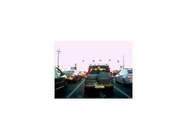 Машину губернатора Ленобласти уличили в проезде на красный на Биржевом мосту