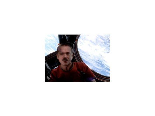 Клип астронавта, снятый в космосе, набирает многомиллионную аудиторию в Сети.Видео