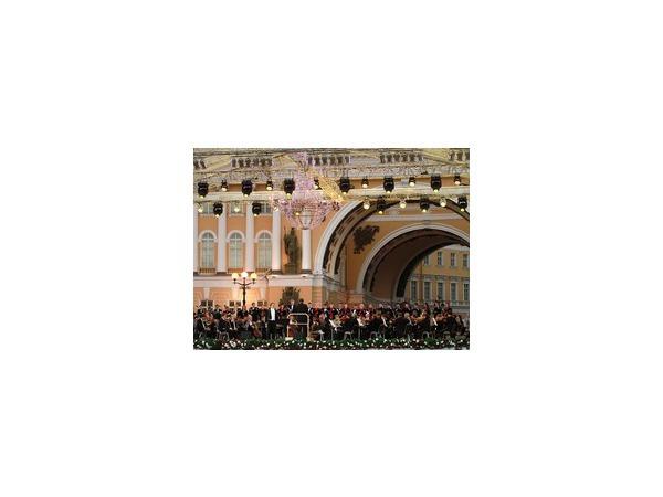 Дворцовая площадь превратилась в огромный бальный зал