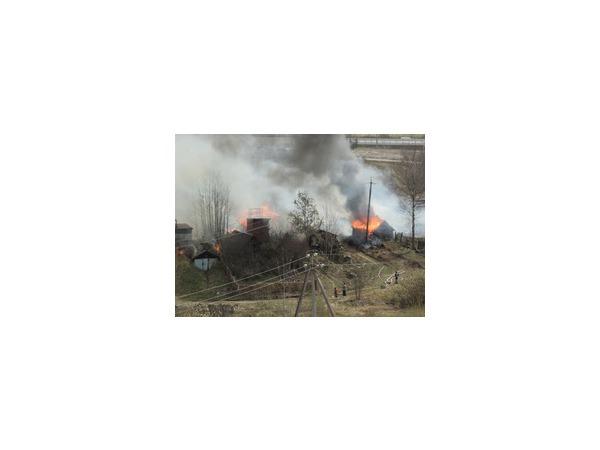 В Невском районе возле КАД горят хозяйственные постройки