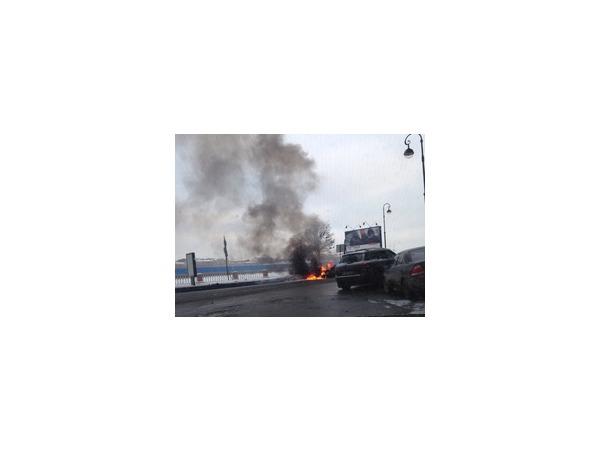 Очевидец: На набережной Макарова в результате тройного ДТП загорелась машина