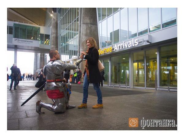"""Рыцарь на белом коне сделал предложение стюардессе в """"Пулково"""""""