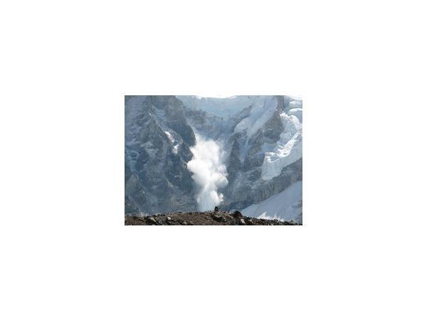 16 альпинистов погибли в результате схода лавины в Гималаях