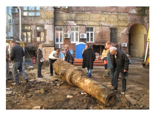 Во дворе Музея обороны Ленинграда откопали старинную пушку