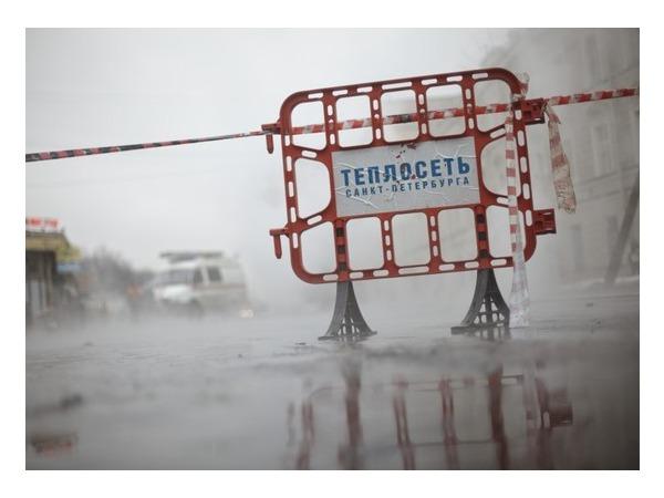 У здания Фрунзенской администрации - фонтан горячей воды